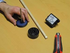 Plaats de nieuwe pomerans in het ronde plastic gedeelte. Daarna het andere deel met het schuurpapier erop plaatsen en draaie het schuurpapier over de pomerans totdat het oppervlak ruw is. Je pomerans is nu klaar om op het topeind te plakken.