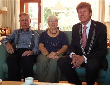 Burgemeester Toon Mans in feestelijk samenzijn met Mar & Jan Feeke. 26 augustus 2013