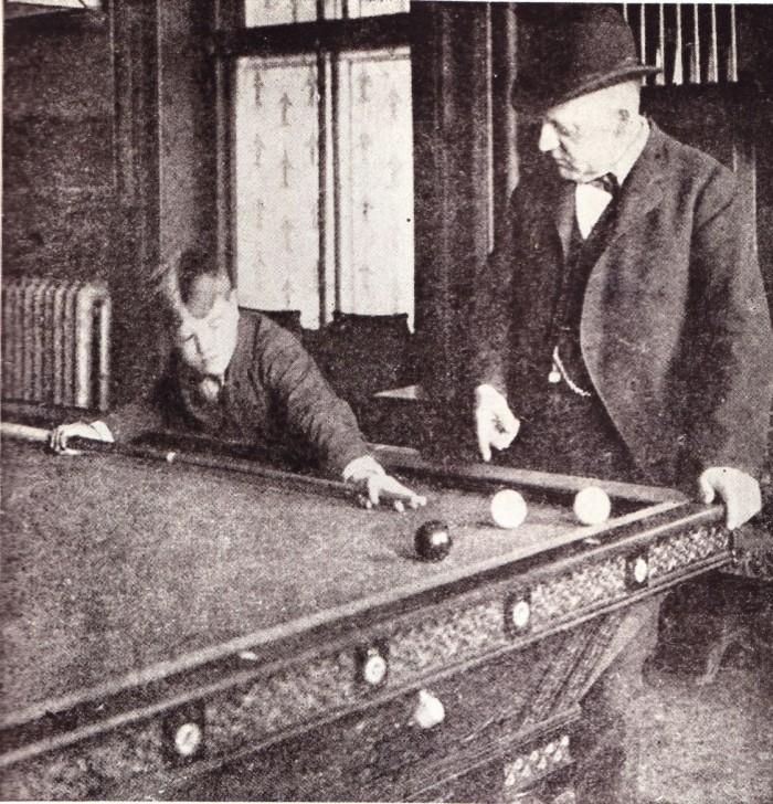 Willie Hoppe krijgt op 11-jarige leeftijd (1898) les van Maurice Daly
