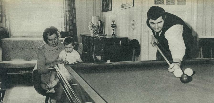 Willy Wesenbeek aan het oefenen in zijn huiskamer 1969