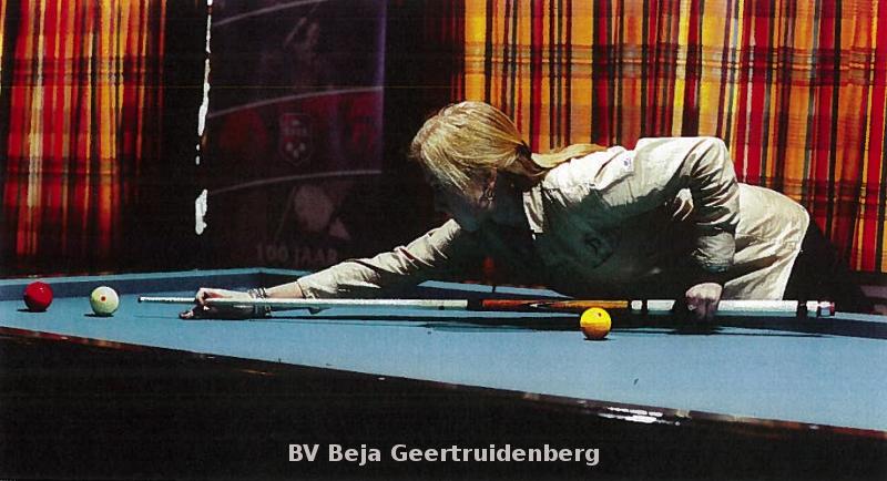 De foto laat duidelijk zien, dat de speelster de achterhand zo'n 15 cm achter het balanspunt heeft!
